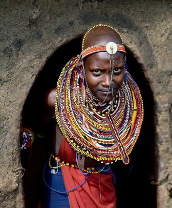 Женщины и девочки носят ожерелья из бисера