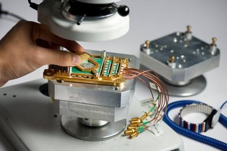 Сборка процессора квантового компьютера D-Wave Two