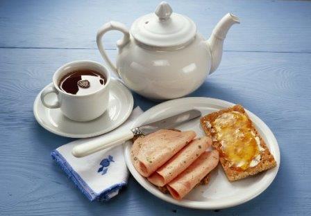Чем легче завтрак, тем сильнее голод вечером