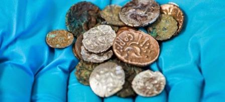 Специалисты из Британского музея и Университета Лондона очистили монеты, позднее их передадут в местный музей Бакстона.