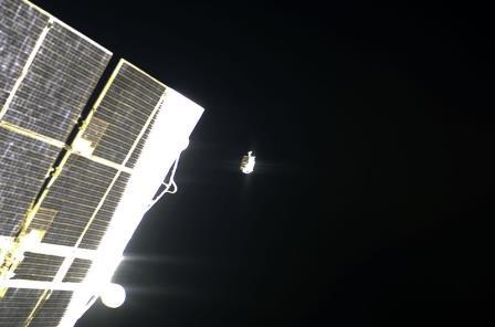 Сумка с инструментами улетает в космос. 18 ноября 2008 года