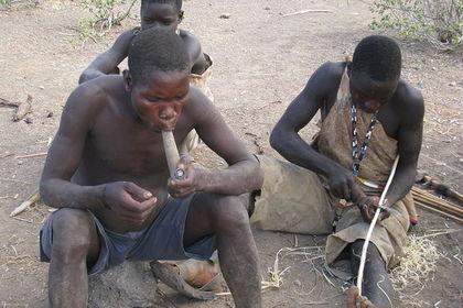 Представители народа хадза курят марихуану