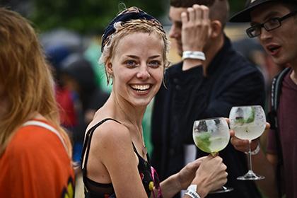 Выпившие мужчины социально активнее женщин