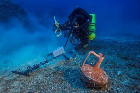Греческий технический дайвер Александрос Сотириу обнаружил целый керамический настольный сосуд и бронзовое такелажное кольцо