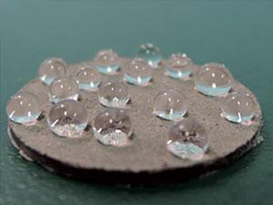 На поверхности композитного материала вода собирается в сферические капли