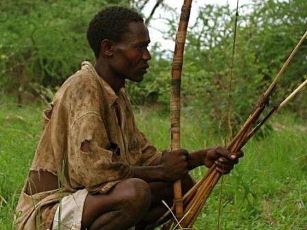 Африканский мужчина, собирающийся охотиться