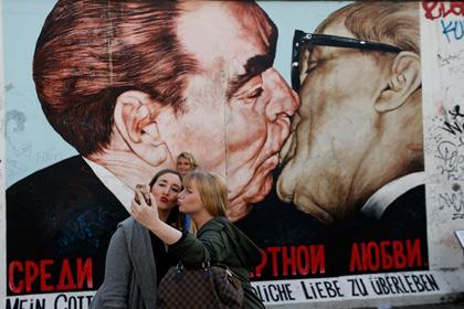 При поцелуе партнерам передается 80 миллионов бактерий