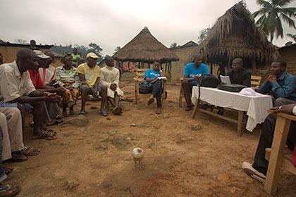 Сотрудники ООН обсуждают вопросы защиты детей с жителями деревни Мелианду