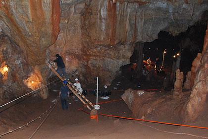 Раскопки в пещере Манот