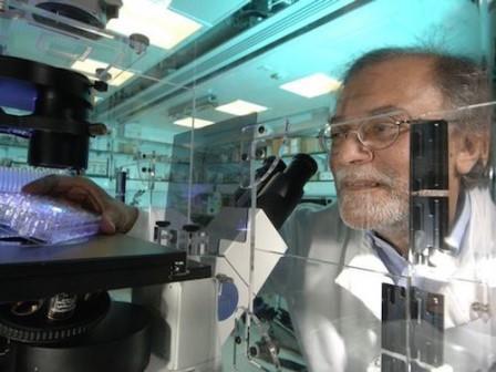 Азим Сурани в лаборатории