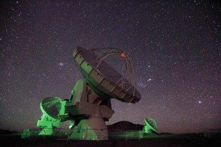 Одна из антенн радиотелескопа ALMA на чилийском плато Чахнантор
