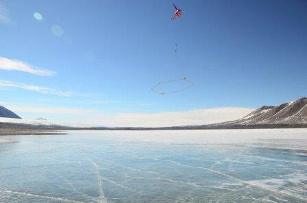 Вертолет с прибором SkyTEM пролетает над водами антарктического озера Фркселл