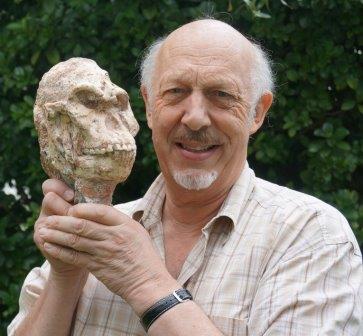 """Рон Кларк держит в руках копию черепа """"Литтлфута"""""""