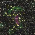 """Композитный снимок скопления """"Сосиска"""", желтыми кругами отмечены """"воскрешенные"""" галактики"""