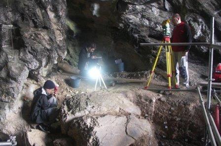 """Археологи раскапывают гробницу """"красной дамы"""" в пещере Эль-Мирон"""
