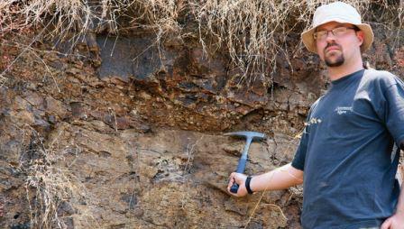 Один из авторов статьи демонстрирует слой пород, указавший на роль вулканов в исчезновении динозавров