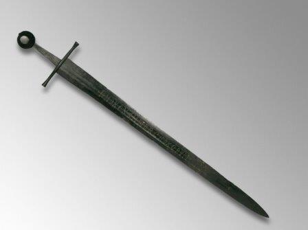 Ученых поставила в тупик надпись на средневековом мече