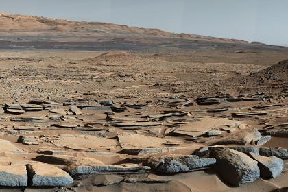 Отложения осадочных пород у основания горы Шарп