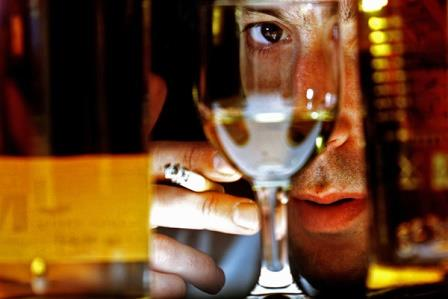 Почему люди курят при употреблении алкоголя