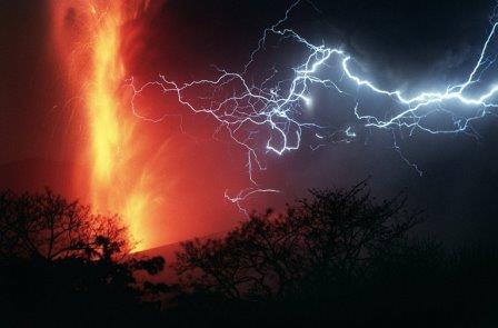 Молнии во время извержения вулкана Серро-Негро, Никарагуа