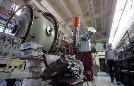 Сотрудник научного центра во время технических работ на газодинамической ловушке в Институте ядерной физики имени Г. И. Будкера