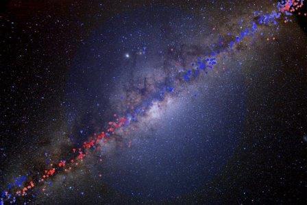 Красные и синие точки на этой фотографии отмечают звезды, скорость движения которых помогла ученым найти темную материю
