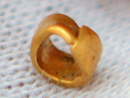 Найденное в Телль Юнаците золотое украшение