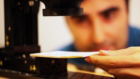 Физик Бармак Хешмат читает книгу в закрытом виде
