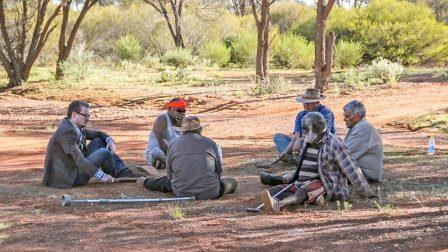 Эске Виллерслев (слева) встречается с коренными австралийцами
