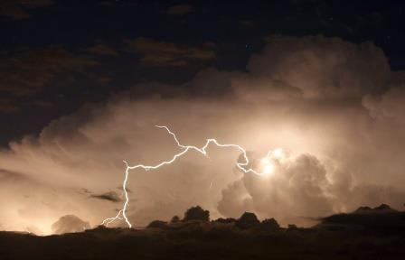 Ученые назвали самую протяженную и самую продолжительную молнии