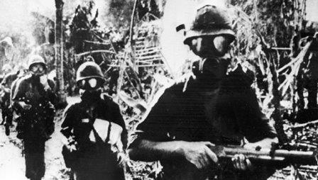 Американские военнослужащие в противогазах. Война в Южном Вьетнаме