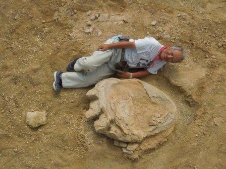 Профессор палеонтологии университета Окаямы Синобу Исигаки рядом со слепком отпечатка