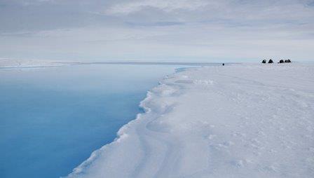 Кратер в леднике короля Бодуэна, заполненный талой водой
