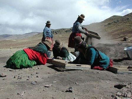 Местные жители помогают на раскопках