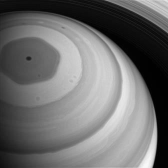 НАСА показало гигантский гексагон Сатурна