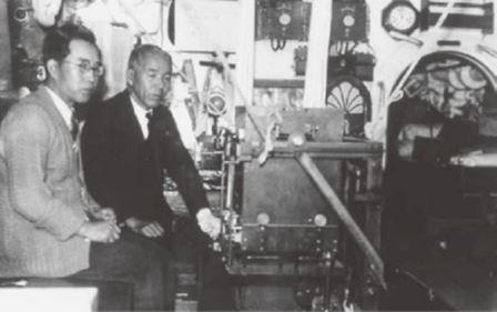 Мотонори Матуяма (справа) на борту исследовательской подводной лодки (1934)