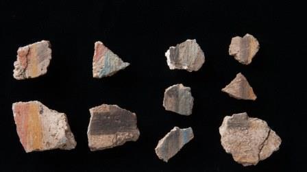 Фрагменты раскрашенного гипса из ямы в Пер-Рамсес
