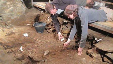 Ученые раскапывают грунт в пещере Арене Кандиде на севере Италии