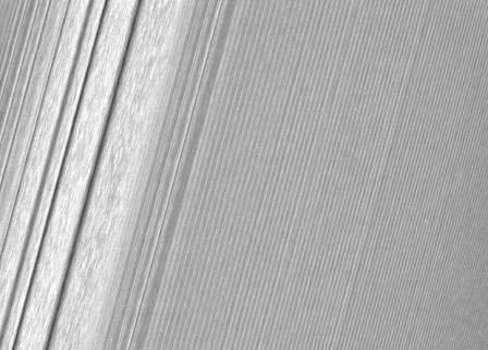 Волны плотности в кольце А (слева)