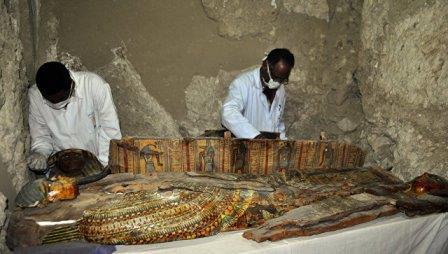 Египетские археологи работают на месте обнаружения гробницы эпохи 18 династии фараонов в Луксоре
