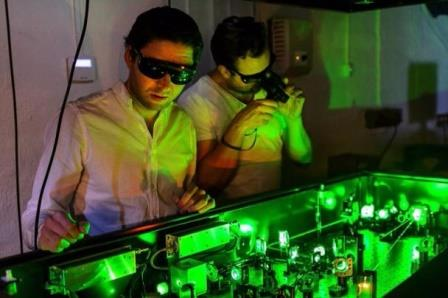 Элиас Кристенссен и его коллега Андреас Эн у камеры, снимающей с помощью технологии FRAME