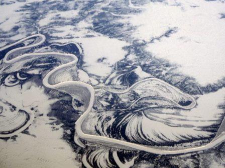 Замерзшая река в северной Сибири