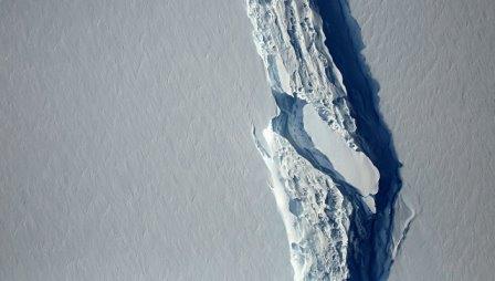 Раскол ледника Ларсен С в Антарктиде. Архивное фото