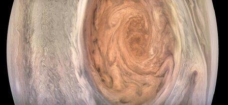Фотография Великого красного пятна Юпитера, полученная зондом Juno 10 июля этого года