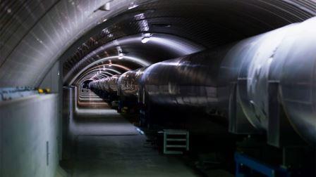 Одна из вакуумных трубок в трехкилометровых рукавах детектора Virgo