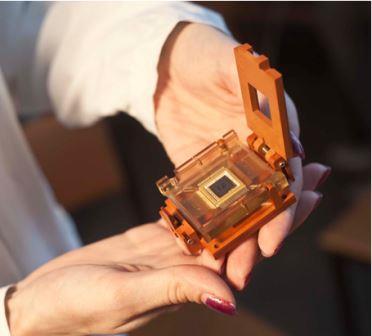 Мемристивный чип в корпусе, размещенный в стандартном контактирующем устройстве