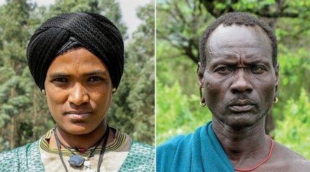 Представитель народа агау из северной Эфиопии и Эритреи (слева) и этнической группы сурма из южной Эфиопии и Южного Судана