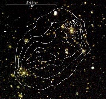 """Снимок скопления галактик. Линиями показаны """"очертания"""" темной материи"""