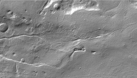 Длинный овраг в центре фотографии – след движения талой воды по поверхности Марса. Снимок зонда MRO