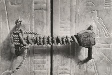 Невскрытая печать на дверях в гробницу Тутанхамона © Harry Burton
